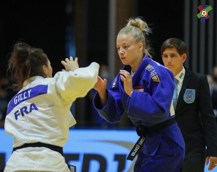 Amber Gersjes (rechts) in de finale in actie tegen Marine Gilly uit Frankrijk