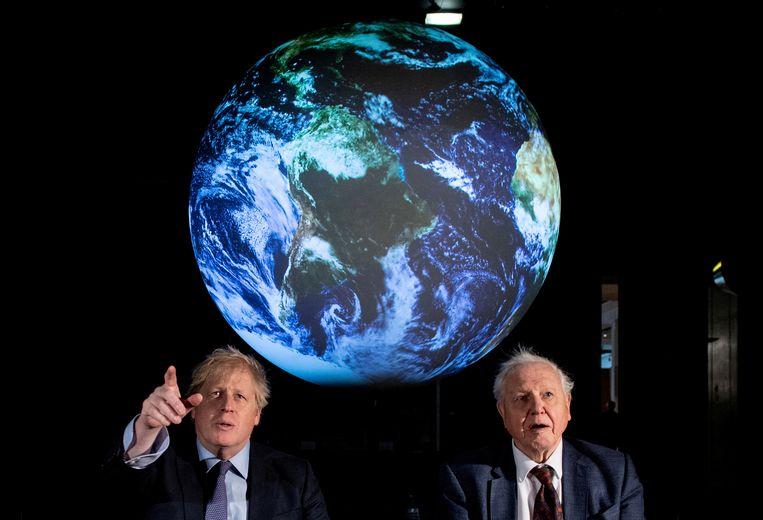 Begin februari hield de Britse premier Boris Johnson (l.) in het Science Museum in Londen nog een uiteenzetting over de COP26, die normaal gezien in Glasgow zou doorgaan. Hij deed dat samen met bioloog en tv-maker David Attenborough (r.). Beeld REUTERS