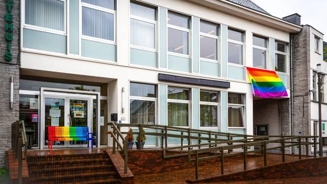 Vlaggen en bank in de regenboogkleuren tegen holebifobie en transfobie in Brakel
