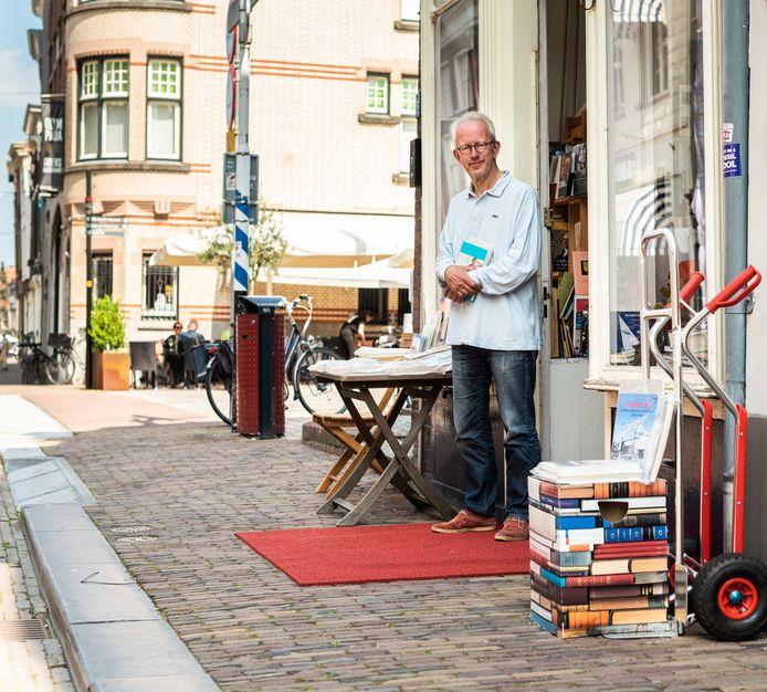 Harry Zimmerman opende op zijn 63ste antiquariaat 't Leesbeest. De liefde voor boeken heeft hij van jongs af aan.