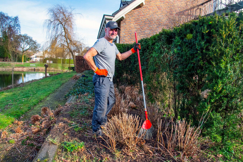 Jean Vroomen in zijn tuin in de Blaak, terwijl zoon Jules met de eerste lading tuinafval naar de milieustraat is gegaan.