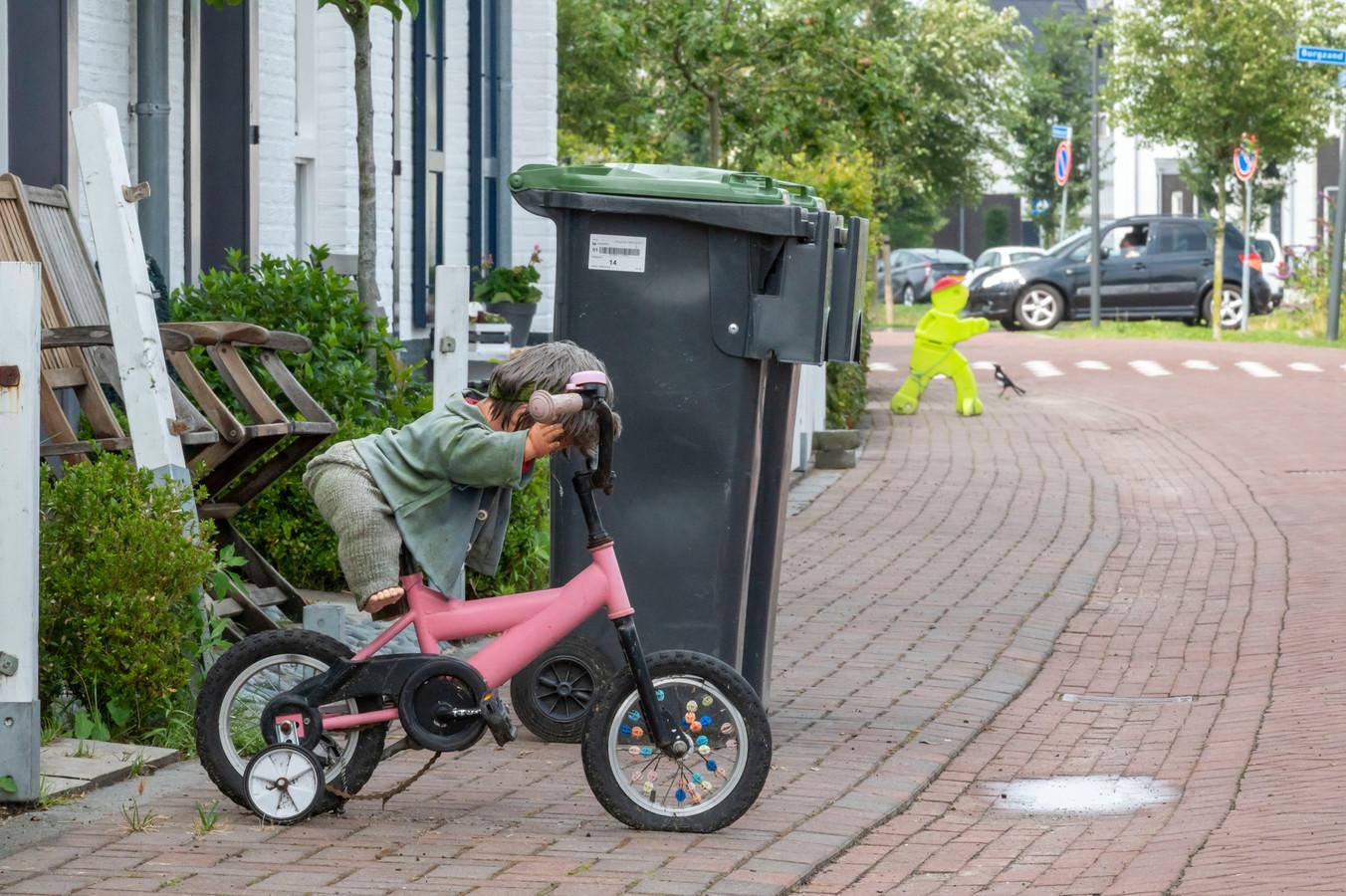Met speelgoed - een pop op een fietsje - en een geel oversteekmannetje proberen bewoners van het Zuidereiland automobilisten ervan te doordringen dat ze langzaam zouden moeten rijden.