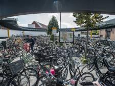 Oosterhout strijdt tegen fietsenoverlast bij busstation: 'We gaan fietsen meenemen'