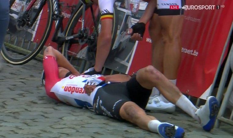 Mathieu van der Poel kwam zwaar ten val in de sprint op Nokereberg.