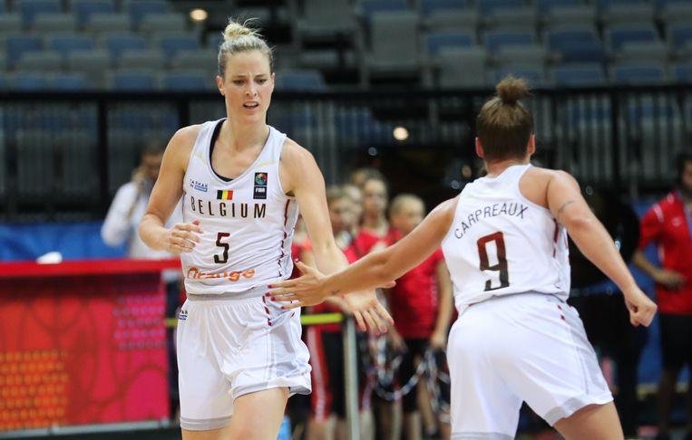 Belgian Cats Kim Mestdagh en Marjorie Carpreaux tijdens de kwartfinale van het EK basket. Beeld BELGA