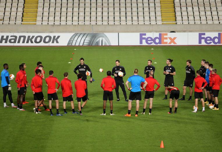 Trainer Roger Schmidt sprak zijn selectie gisteren in Nicosia toe. Beeld EPA