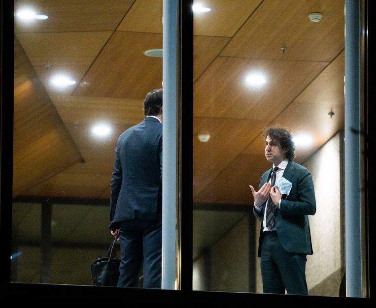 Jesse Klaver (GL) en Wopke Hoekstra (CDA) tijdens de schorsing voor het indienen van de moties in de tweede termijn van het debat over de gelekte stukken van de verkenners. Beeld Freek van den Bergh
