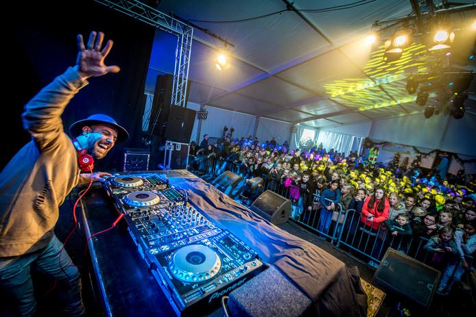 Archieffoto. DJ Bombastic op Wilhelminaplein 4 dagen aan het draaien voor Record4Kidz
