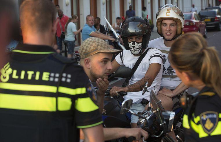 Voor politiebureau De Heemstraat in de Haagse Schilderswijk zijn honderden betogers samengestroomd. Beeld anp