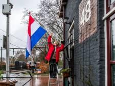 Grijze verf én zonnepanelen mogen tóch blijven op het Utrechtse spoorhuisje van Aline (65): 'We zijn in feeststemming'