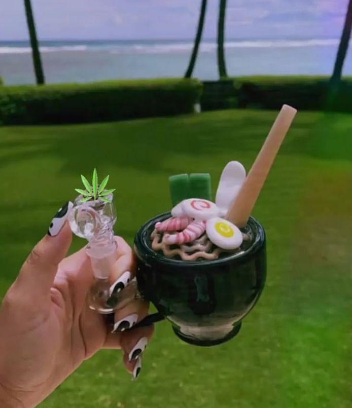 Demi toont haar cannabispijp, in de vorm van een Japans gerecht.