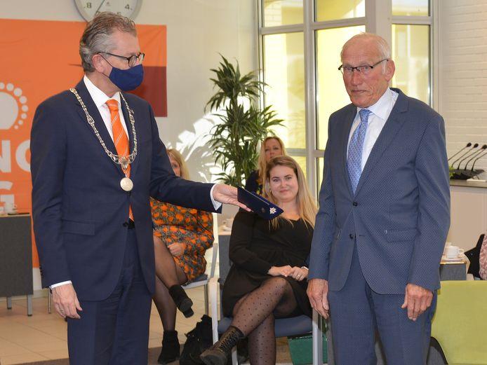 Gerard  Zonneveld krijgt een lintje uit handen van burgemeester Gerrit Jan Gorter.