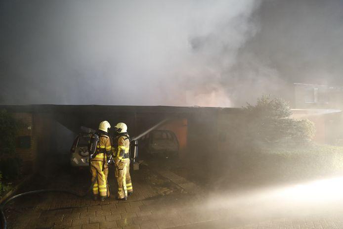 De brand begon onder een carport en sloeg over naar twee woningen aan de Klimtuin in Epe.