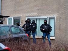Politie vindt grote hoeveelheid harddrugs, zwaarbewapende agenten bewaken de woning