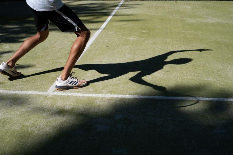 Rens Verhaar op de tennisbaan van Villa Betty. Beeld Anneloes Pabbruwee
