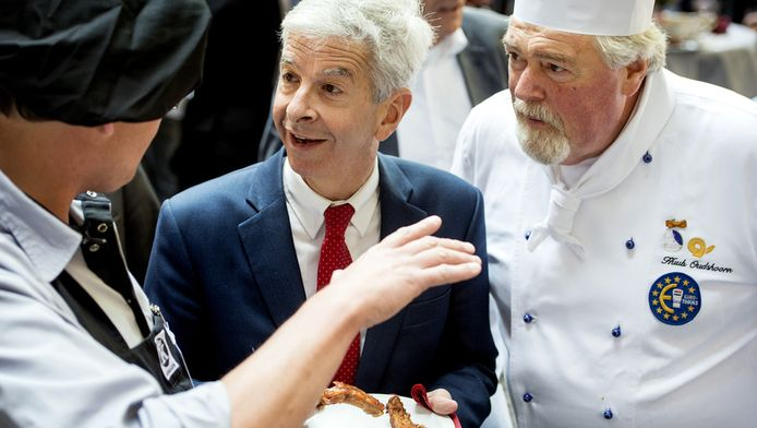 Ronald Plasterk (2eL), minister van Binnenlandse Zaken en Koninkrijksrelaties, tijdens de traditionele parlementaire barbecue op 4 juli 2013.
