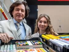 Duizend grootletterboeken gedoneerd aan voedselbank Deventer: 'Van een goed boek kun je heel gelukkig worden'
