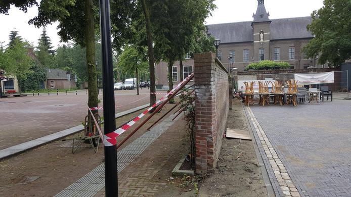 De overhellende muur aan het Kloosterplein