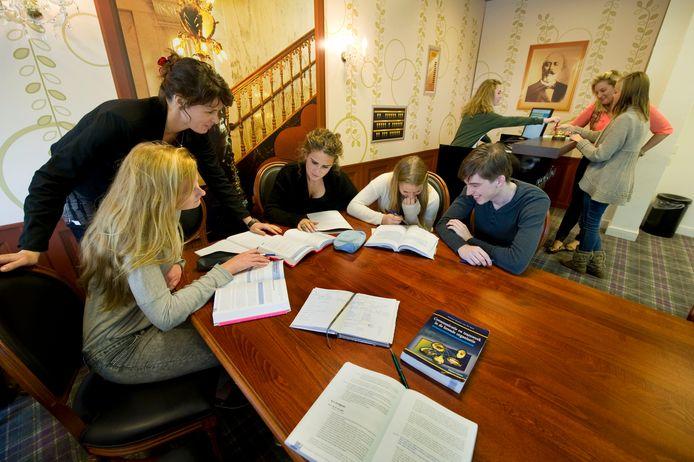 TIO Hotelschool is gekozen tot beste van Nederland. Leerlingen in een praktijklokaal.