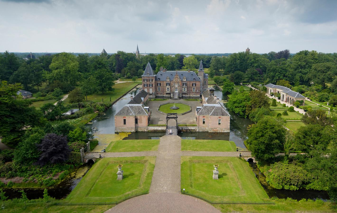 Het imponerende kasteel Twickel in zijn prachtige omgeving trekt jaarlijks veel toeristen naar Delden.