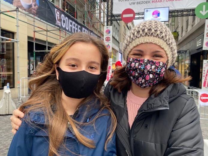 Ena (links) brak haar middagje shoppen in de Nieuwstraat vroeger af wegens de drukte.