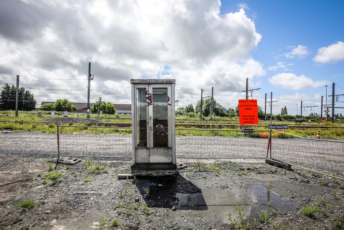NMBS plaatst telefooncel als schuilhuisje voor treinbestuurders in Oostende.