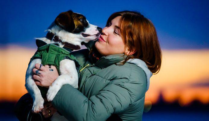 Daphne van Koppen met haar hond Wiggle.