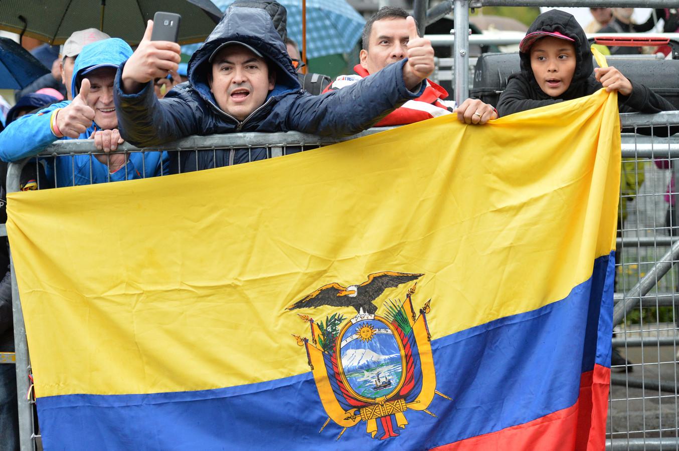 Fans van Richard Carapaz hebben de oversteek gemaakt van Ecuador naar de Giro d'Italia om hun held naar de zege te schreeuwen.
