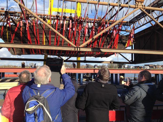 De IJsselkogge lag na de lichting ruim een week voor de kade van Kampen.