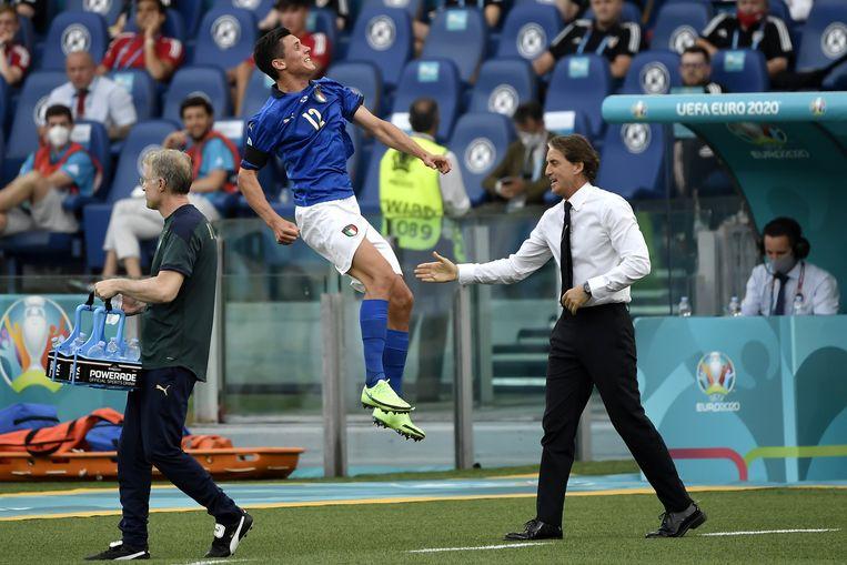 Doelpuntenmaker Matteo Pessina viert zijn goal met coach Roberto Mancini. Beeld Photo News