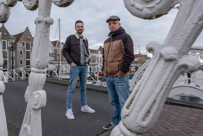 Steffen Brinkhaus (l) en Martijn Fincke maken een documentaireserie over jongeren die in Zeeland zijn gebleven, vertrokken, weggebleven of teruggekeerd.