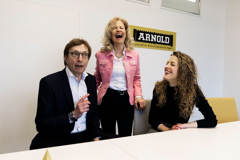 Directeur Isabelle Mang (rechts) met haar ouders bij Arno Arnold. Het bedrijf maakt stoffen kappen voor machines.  Beeld Daniel Rosenthal