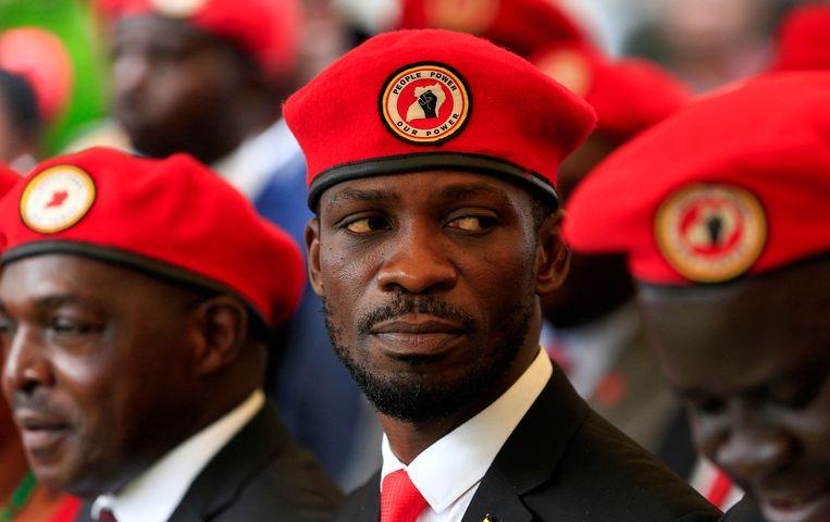 Bobi Wine neemt het op tegen president Museveni, die al 34 jaar aan de macht is in Oeganda.  Beeld REUTERS