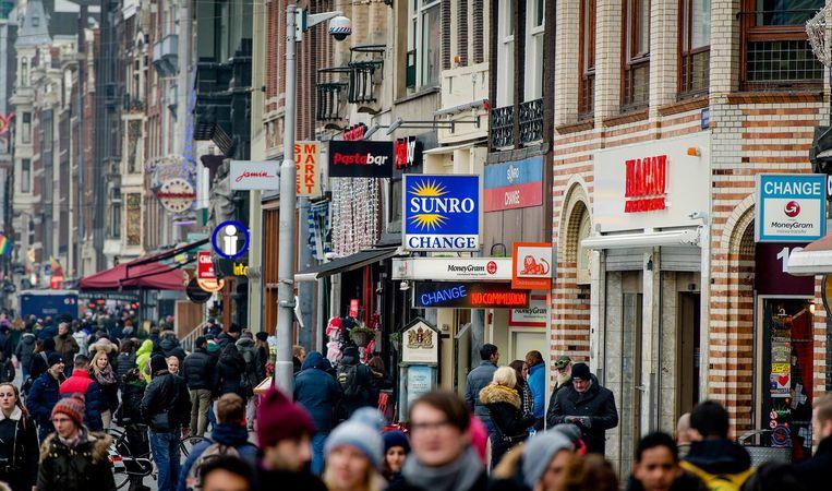 Voetgangers op het Damrak in Amsterdam Beeld anp