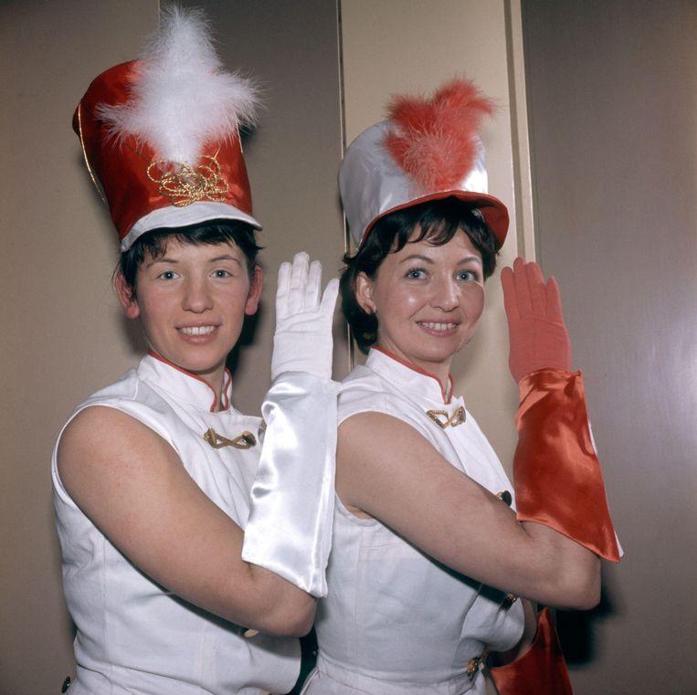 Carnaval te Kerkrade, Limburg 1963. Majorettes groeten met 'alaaf'. Beeld Hollandse Hoogte / Spaarnestad Photo