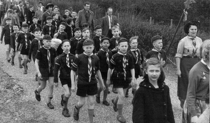 De welpenhorde van de Nicolaasgroep tijdens een van de eerste Duinenmarsen, circa 1952.