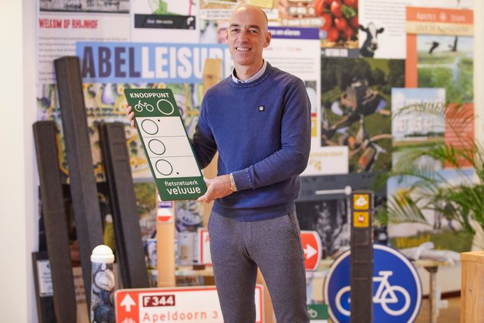 Mede-eigenaar Jeroen Drabbe met een van de borden die ze op de Veluwe hebben geplaatst.