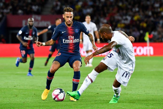 Neymar in duel met Emmanuel Imorou van SM Caen.