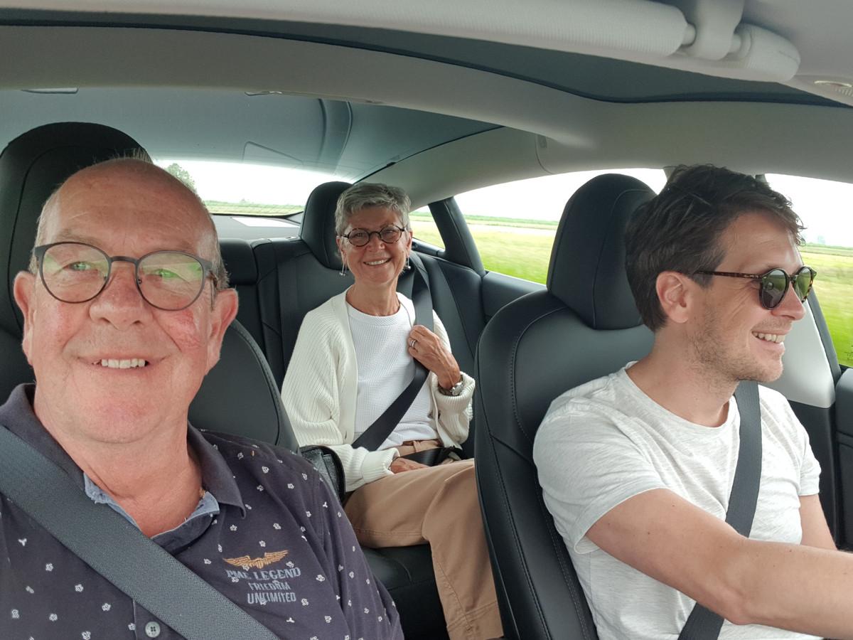 Met een grijns van oor tot oor komt Dick Kooij samen met zijn vrouw Teunie en zoon Robbert terug uit het ziekenhuis.