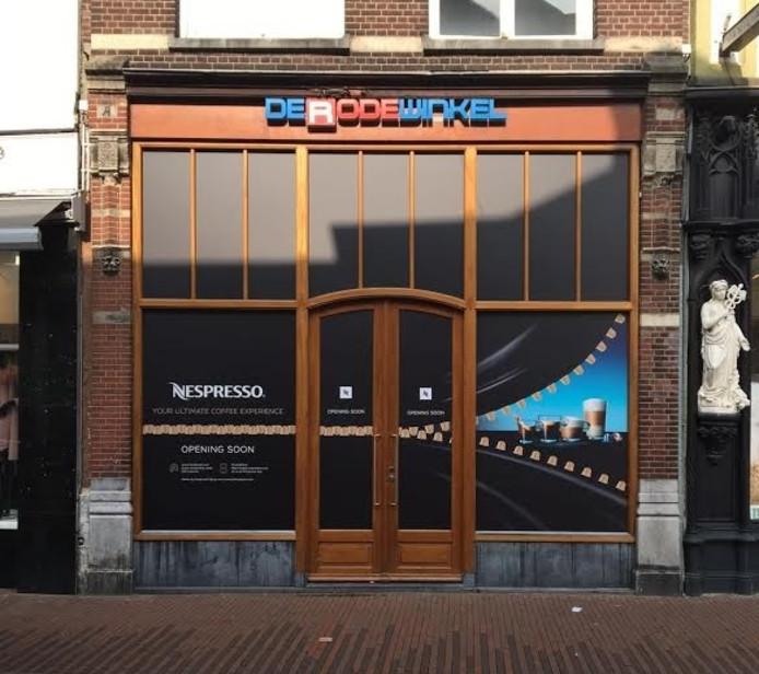 De Nespresso-winkel zit in het pand waar voorheen De Rode Winkel gevestigd was.