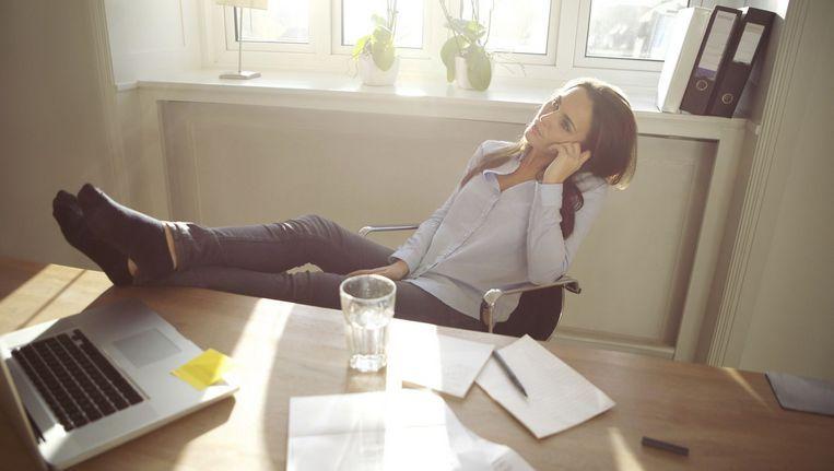 Vaak dringt onze job letterlijk onze huiskamer binnen, waardoor het nog moeilijker wordt om afstand te nemen. Beeld Shutterstock
