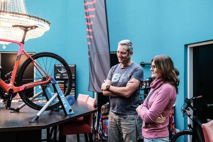 Henk van Doorn bij een van de weinig fietstrainers die hij nog in zijn winkel heeft staan.