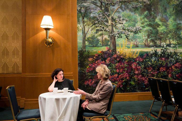 Journaliste Cathérine ONgenae in gesprek met Siri Hustvedt. Beeld Natan Dvir / Polaris Images
