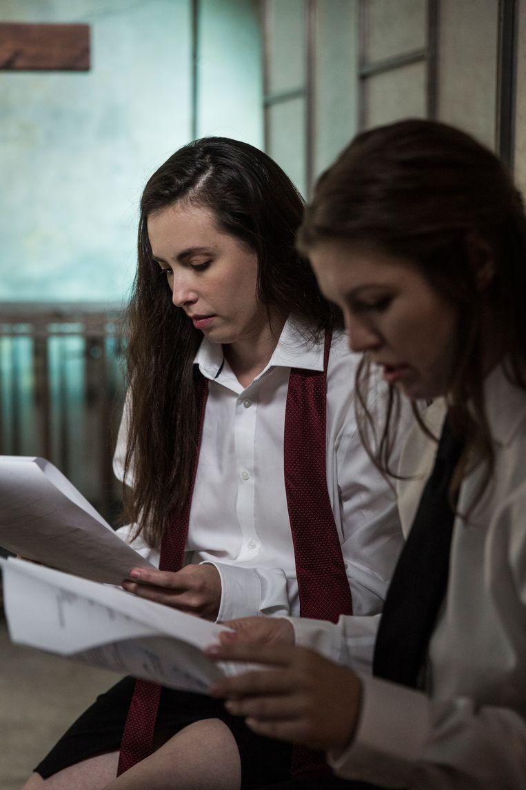 Actrices Casey Calvert en Ella Nova nemen het script door. Want in custom made porno wordt wel degelijk geacteerd. Beeld Emily Berl