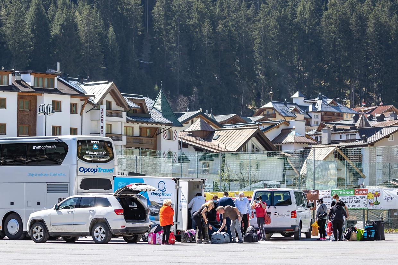 De laatste seizoenswerknemers verlaten Ischgl in Oostenrijk, één van de epicentra van corona in Europa. Ze hebben er tot eind april in quarantaine gezeten. Beeld AFP