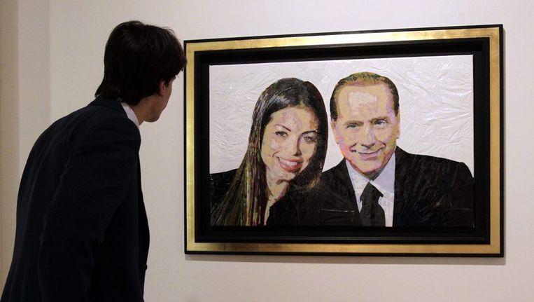 Een man kijkt naar het schilderij 'Silvio & Ruby', van de Israëlische kunstenaar Dodi Reifenberg, in een galerie in Milaan. Beeld Reuters