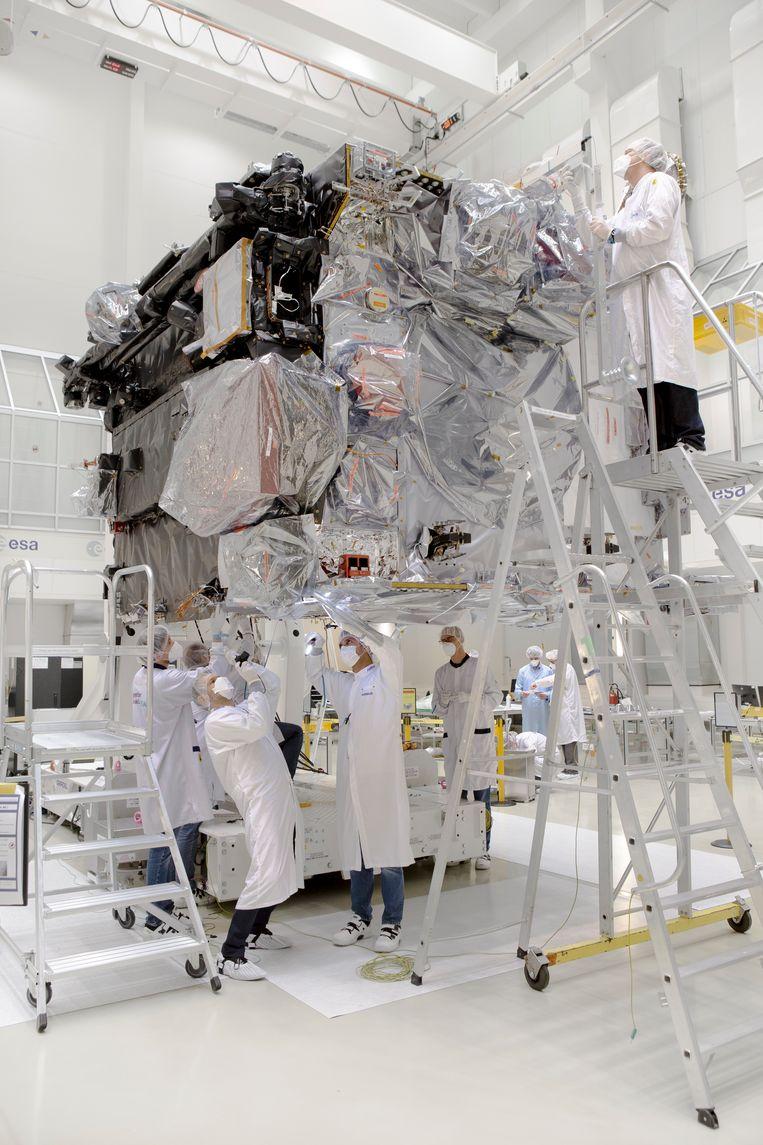 De Juice-sonde wordt in het Europese ruimtevaartcentrum Estec in Noordwijk ingepakt voor zijn verblijf in de ruimtesimulator.  Beeld Pauline Niks