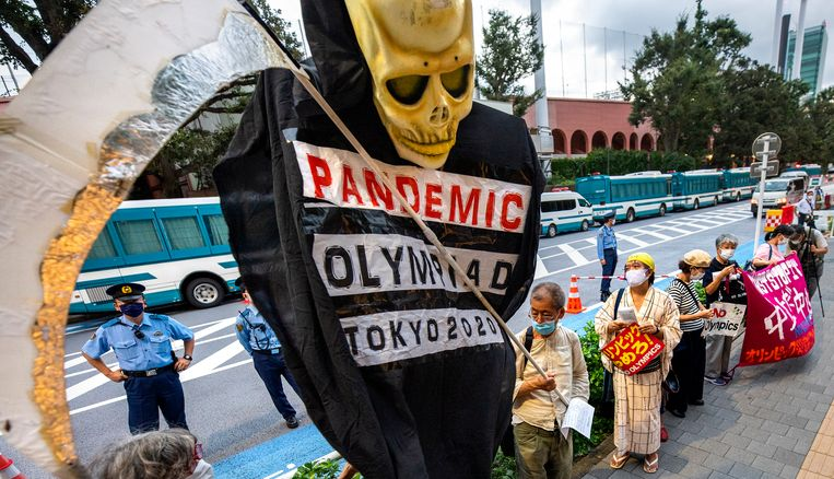 Een demonstratie van een handjevol mensen dat vreest dat de Olympische Spelen de pandemie zal aanwakkeren.  Beeld Klaas Jan van der Weij