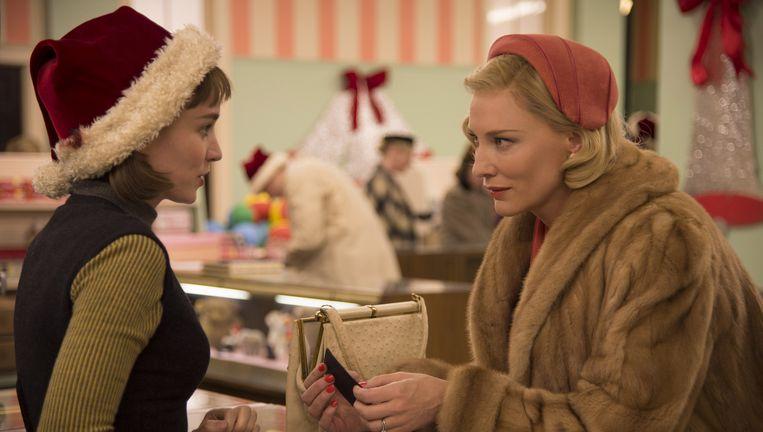 Cate Blanchett en Rooney Mara in 'Carol': 'We vergeten massaal dat een relatie die niet klopt voor de ene, dat de facto ook niet doet voor de ander.' Beeld ap