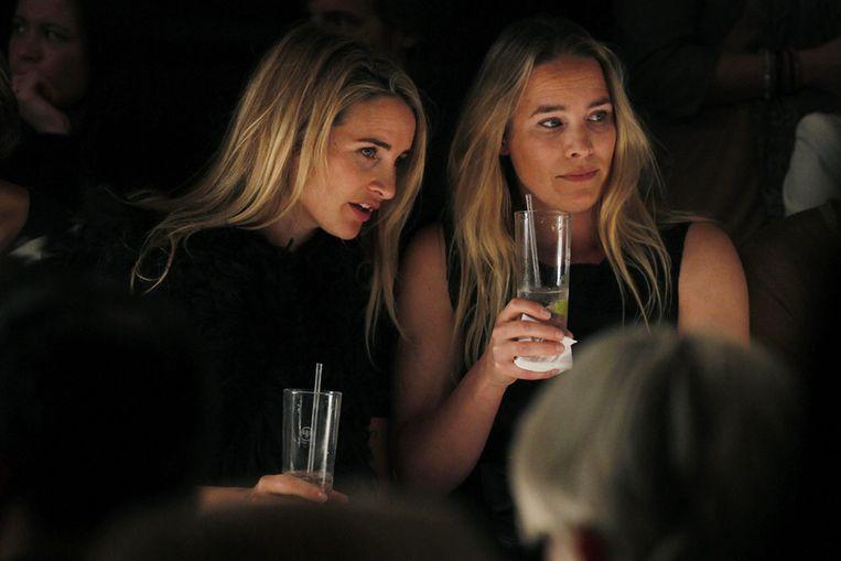 Lieke van Lexmond (L) met haar zus Jetteke tijdens de modeshow van Claes Iversen in Amsterdam. Beeld null